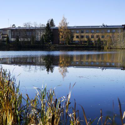 Skolbyggnaden i Jokela tio år efter massakern.