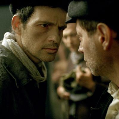 Géza Röhrig spänner blicken i en medfånge i koncentrationslägerskildringen Son of Saul
