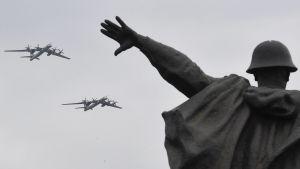 Ryska Tupolev Tu-95-bombplan övar inför segerparaden i Moskva.