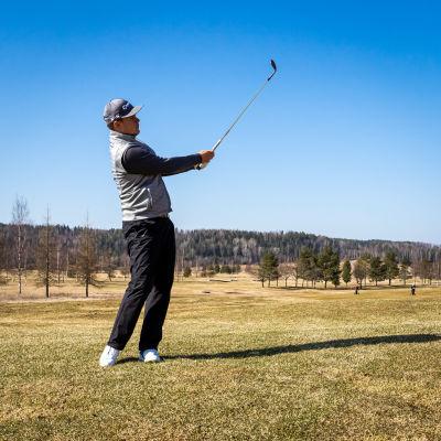 Sami Välimäki golfkentällä.
