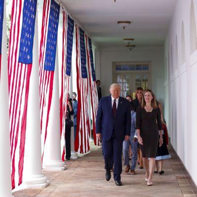 Yhdysvaltojen presidentti Donald Trump esitti Amy Coney Barretia korkeimman oikeuden tuomariksi 26. syyskuuta 2020. Kuvassa myös ensimmäinen nainen Melania Trump (takana) ja Barretin perhe.