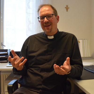 Kyrkoherde Rune Lindblom vid sitt skrivbord.