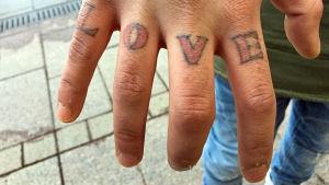 Salars tatuerade hand.