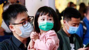 Kinesiska hälsomyndigheter har bekräftat det första fallet av coronasmitta i Hongkong. Också där har de flesta börjat använda skyddsmask utomhus.