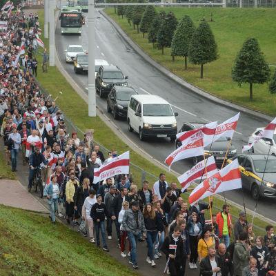 Ihmisiä matkalla mielenosoitukseen Minskissä Valko-Venäjällä 23.elokuuta 2020.