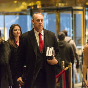 Ryan Zinke går igenom lobbyn på Trump Tower.