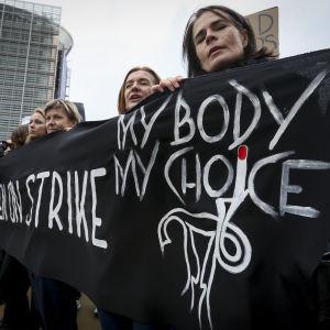 Demonstration mot strängare abortlag  i Polen.