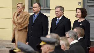 det polska presidentparte Agata Kornhauser-Duda och Andrzej Duda tillsammans med  det finländska presidentparet Sauli Niinistö och Jenni Haukio vid den officiella välkomstceremonin utanför Presidentens slott.