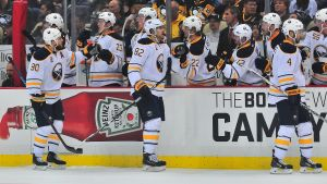 Buffalo-spelarna firar ett mål i matchen mot Pittsburgh.