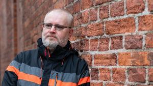 Jari Lindström Voikkaan tehtaan pihassa
