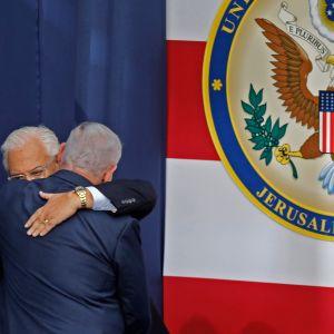 Kramande israelisk premiärminister och amerikansk ambassadör på ambassadinvigningen i Jerusalem
