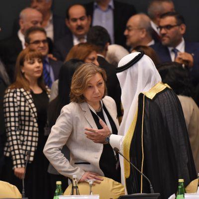 Företrädare för syriska oppositionsgrupper samlade till ett möte i Saudiarabiens huvudstad Riyadh.