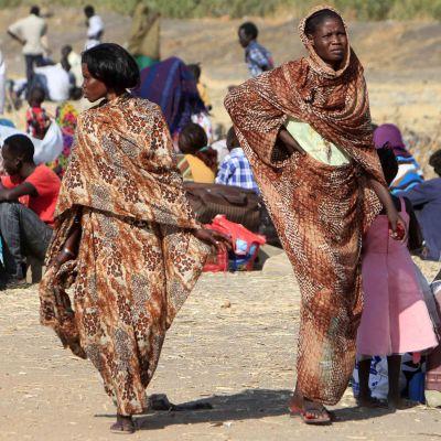 Två kvinnor som går i Sydsudan.