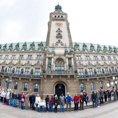 """""""Hand i hand mot rasism"""" - Människor formar en kedja i Hamburg."""