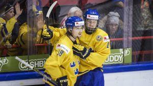 Bekant syn. Rasmus Asplund och Alexander Nylander jublar över mål i en av Sveriges 38 raka gruppsegrar i JVM.