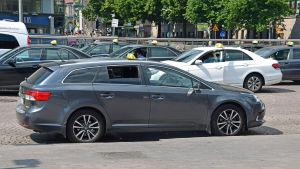Taxibilar vid en taxistolpe vid järnvägsstationen i Helsingfors.