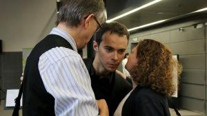 Espanjalainen Enrique Lapaz Lombardo saa kiitoksia esityksen jälkeen.