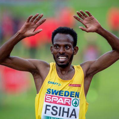 Robel Fsiha löper med händerna i luften.
