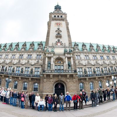 Ihmisketju Hampurin kaupungintalon edustalla. Ihmiset pitävät toisiaan kädestä kiinni. Mukana on myös pyrätuolissa istuvia ihmisiä.