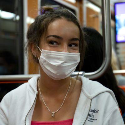 Nuori nainen metrossa.