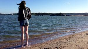 Tyttö hiekkarannalla