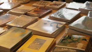 Runokirjoja pöydällä.