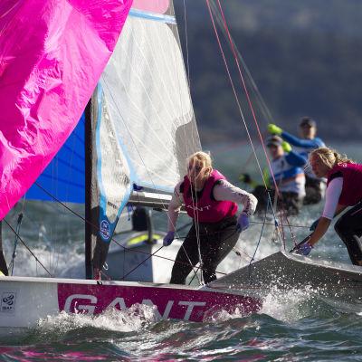 Camilla Cedercreutz och Noora Ruskola har haft en motig start på VM-regattan.