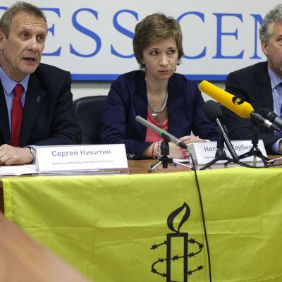 Sergej Nikitin( tv)  Amnesty Internationals chef i Ryssland överraskades av låsta dörra då han kom till jobbet i morse.