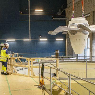 Turbiinin vauhtipyörää lasketaan paikalleen Utasen voimalaitoksessa.