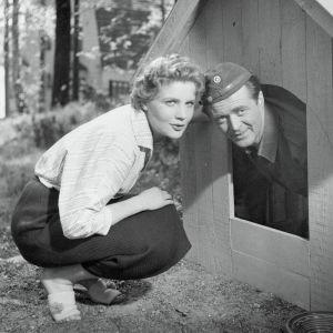 Maija Karhi ja Heikki Savolainen (koirankopissa) elokuvassa Vääpelin kauhu.