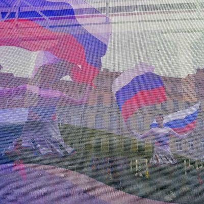 Den 18 mars firades - också i Sankt Petersburg - den sjunde årsdagen av annekteringen av Krim. Dansande flickor fotograferade genom en rysk flagga.