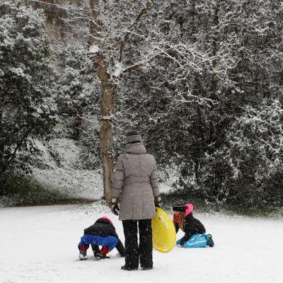 Äiti seurasi kahden lapsensa lumileikkejä Madridissa, Espanjassa.