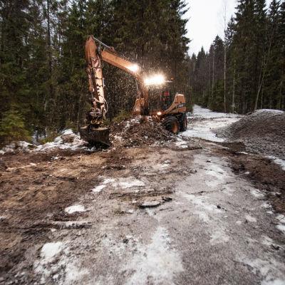 Kaivinkone maanrakennustöissä Viitasaaren Koljatin kallioalueen luontokohteessa.