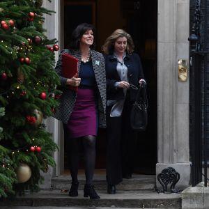 Ministrarna Claire Perry och Penny Mordaunt efter regeringsmötet på Downing Street 10.