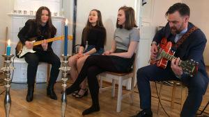 Tuhkimotarinoiden Timo tyttärineen musisoi Erja Lyytisen kanssa.