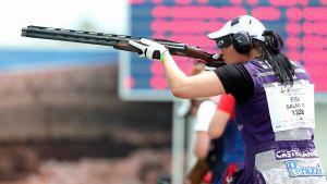 Skytten Marika Salmi siktar med sitt gevär.