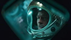 Brad Pitt ser bekymrad ut i astronautdräkten.