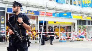 Polisen övervaka utanför matbutiken som attackerades i Hamburg.