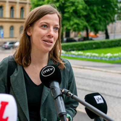 Opetusministeri Li Andersson Säätytalon portailla.