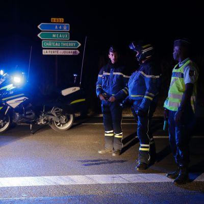 Fransk polis blockerar väg nära pizzeria i Sept-Sorts efter att en dött och flera skadats av en bilist.