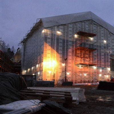 Skolhus under byggnad.