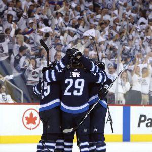 Winnipeg Jets firar mål.