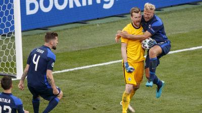 Finländare firar Hradeckys straffräddning.