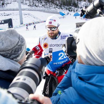 Petter Northug svarar på frågor i Lahtis.