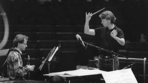 Esa-Pekka Salonen harjoituttaa Radion sinfoniaorkesteria vuonna 1991, klarinettisolistina on Kari Kriikku.