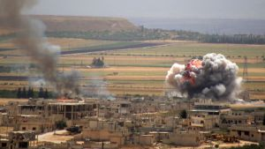Rök stiger upp när regeringstyrkor beskjuter staden Khan Sheiktun i södra Idlib.