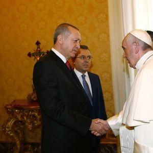 Turkiets president Recep Tayyip Erdogan skakar hand med påven