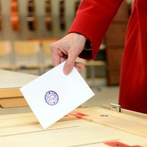 En kvinna röstar i riksdagsvalet 2015.
