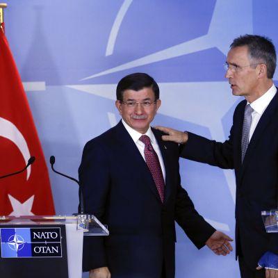 Turkin pääministeri Ahmet Davutoglu ja sotilasliitto Naton pääsihteeri Jens Stoltenberg.