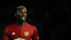 Paul Pogba tittar åt vänster.